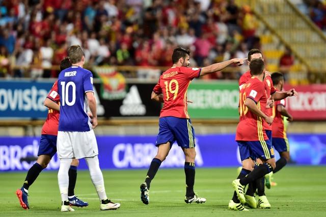 Španielsky hráč Diego Costa (v strede) oslavuje gól do bránky Lichtenštajnska vo futbalovom zápase G-skupiny Španielsko -  Lichtenštajnsko kvalifikácie na MS 2018