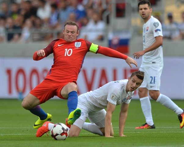 Na snímke v strede Ján Greguš (Slovensko), vľavo Wayne Rooney (Anglicko) a vpravo Michal Ďuriš (Slovensko) v  zápase kvalifikácie Majstrovstiev sveta 2018 skupiny F Slovensko - Anglicko