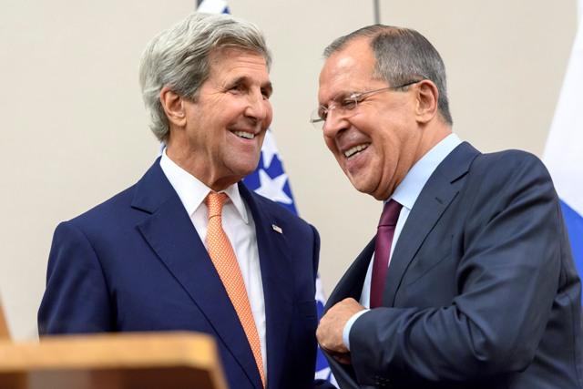 Na snímke vľavo americký minister zahraničných vecí John Kerry a vpravo jeho ruský rezortný partner Sergej Lavrov