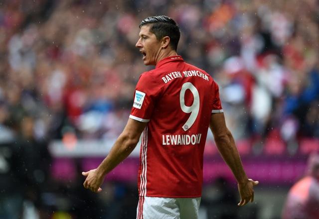 Futbalista Bayernu Mníchov  Robert Lewandowski počas zápasu 3. kola nemeckej Bundesligy FC Bayern Mníchov - FC Ingolstadt