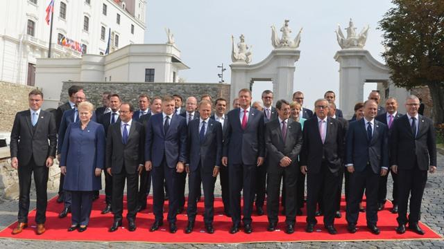 Na snímke spoločná fotografia účastníkov rokovania. Predný rad zľava estónsky premiér Taavi Roivas, litovská prezidentka Dalia Grybauskaite, francúzsky prezident Fracois Hollande, premiér SR Robert Fico,  predseda Európskej rady Donald Tusk, rumunský prezident Klaus Iohannis, cyperský prezident Nikos Anastasiadis, predseda Európskej komisie Jean-Claude Juncker, maltský premiér Joseph Muscat a generálny tajomník Rady Európskej únie Jeppe Tranholm-Mikkelsen
