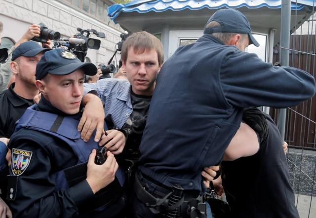 Na snímke aktivisti a policajti počas potýčky na proteste pred budovou ruského veľvyslanectva v Kyjeve 18. septembra 2016 Foto:TASR/AP-Efrem Lukatsky
