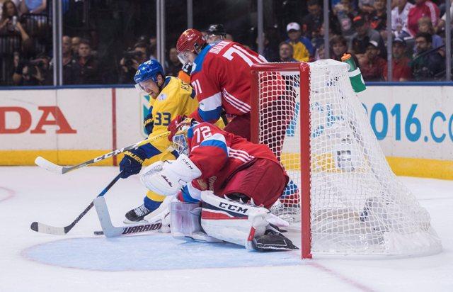 Ruský brankár Sergej Bobrovský (dolu), Švéd Henrik Sedin (vľavo) a Rus Jevgenij Malkin v zápase B skupiny na Svetovom pohári v hokeji 2016