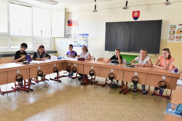 Na snímke študenti v triede na jazykovú výučbu na Základnej škole s materskou školou na Spartakovskej ulici v Trnave