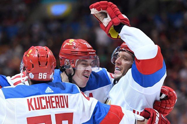 Ruskí hráči Jevgenij Malkin (v strede) a Nikolaj Kuliomin gratulujú Nikitovi Kučerovovi ku gólu v zápase Svetového pohára Rusko - Tím Severná Amerika