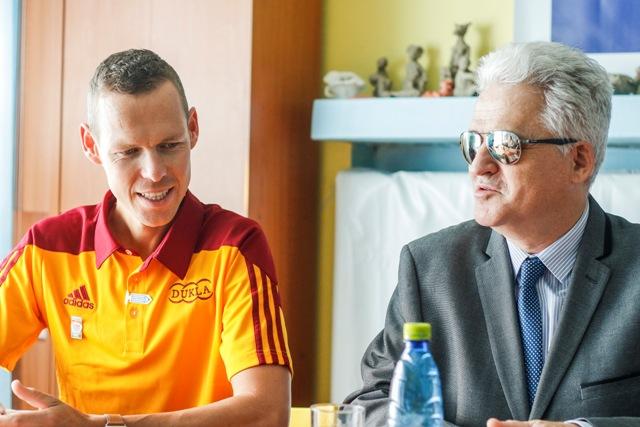 Na snímke vľavo ambasádor Bielej pastelky 2016 Matej Tóth a predseda Únie nevidiacich a slabozrakých Slovenska Branislav Mamojka