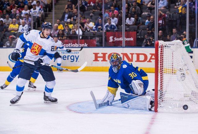 Na snímke vľavo fínsky hráč Teuvo Teräväinen, vpravo švédsky brankár henrik Lundqvist v zápase B-skupiny Svetového pohára v hokeji Švédsko - Fínsko (2:0 )