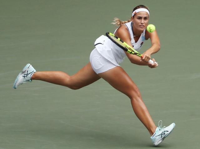 Portorická tenistka Monica Puigová odvracia úder Češky Petry Kvitovej v zápase 2. kola ženskej dvojhry na tenisovom turnaji WTA v Tokiu