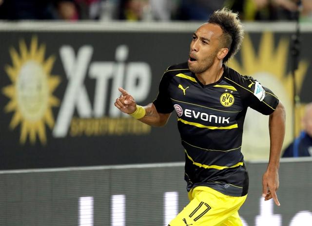 Futbalista Dortmundu Pierre-Emerick Aubameyang sa teší po strelení gólu na 2:0 v zápase 4. kola nemeckej Bundesligy VfL Wolfsburg - Borussia Dortmund
