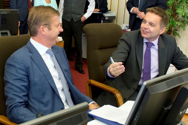 Na snímke vpravo minister financií SR Peter Kažimír a vľavo minister hospodárstva SR Peter Žiga