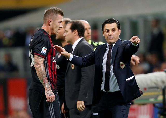Tréner AC Milána Vincenzo Montella (vpravo) dáva pokyny Jurajovi Kuckovi počas zápasu 5. kola talianskej Serie A medzi AC Milánom a Laziom Rím