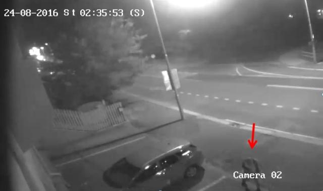 V súvislosti s vyšetrovaním tohto prípadu polícia pátra po mužovi, ktorého zdanlivý je 25 až 30 rokov. Oblečenú mal tmavú vestu, svetlé krátke nohavice, svetlé tričko s krátkym rukávom, obuté mal tmavé topánky Foto:TASR-KR PZ v Bratislave