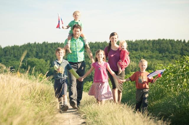 Na snímke Fabian Novotný s rodinou