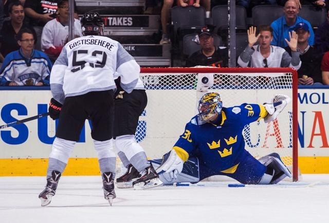 Na snímke útočník Tímu Severná Amerika Nathan MacKinnon (v strede) strieľa víťazný gól brankárovi Švédska Henrikovi Lundqvistovi (vpravo), vľavo hráč Tímu Severná Amerika Shayne Gostisbehere v zápase Svetového pohára Severná Amerika - Švédsko