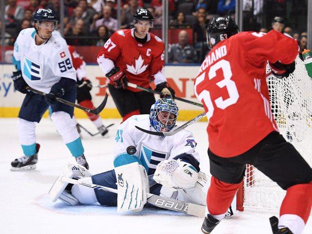 Na snímke slovenský brankár Tímu Európa Jaroslav Halák (v strede) likviduje šancu hráča Kanady Brada Marchanda (vpravo) v zápase Svetového pohára Európa - Kanada
