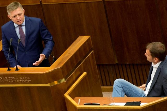 Na snímke vľavo predseda vlády SR Robert Fico (Smer-SD) a vpravo  poslanec Igor Matovič (OĽaNO-NOVA)