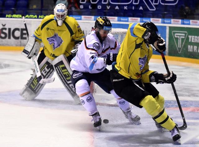 Na snímke vľavo brankár Žiliny Tomáš Tomek, uprostred hráč Košíc Tibor Varga, vpravo hráč Žiliny Denis Rehák v 7. kole hokejovej Tipsport Ligy HC Košice - MsHK DOXXbet Žilina