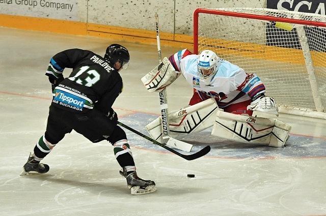 Na snímke Matej Paulovič z Nových Zámkov (vľavo) a brankár Adam Nagy z Liptovského Mikuláša počas zápasu 7. kola hokejovej Tipsport Ligy medzi MHK32 Liptovský Mikuláš a HC Mikron Nové Zámky
