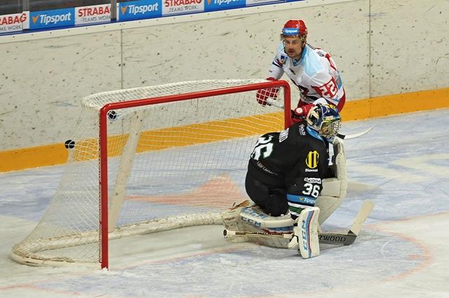 Na snímke Rudolf Huna z Liptovského Mikuláša (hore) prekonáva brankára Nových Zámkov Mareka Šimku počas zápasu 7. kola hokejovej Tipsport Ligy medzi MHK32 Liptovský Mikuláš a HC Mikron Nové Zámky