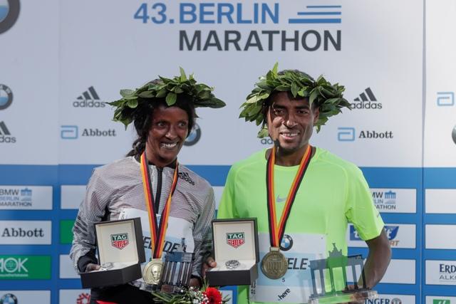 Na snímke víťazi 43. ročníka Berlínskeho maratónu etiópsky bežec Kenenisa Bekele (vpravo) a etiópska bežkyňa Aberu Kebedeová