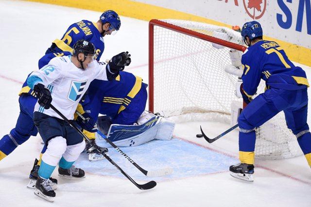 Hráč Tímu Európy Slovák Marián Gáborík strieľa vyrovnávajúci gól na 1:1 za chrbát švédskeho brankára Henrika Lundqvista v semifinále Svetového pohára v Toronte