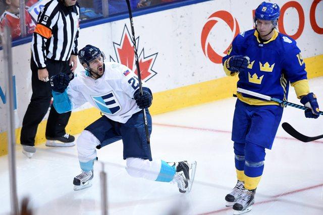 Hokejista Tímu Európy Slovák Tomáš Tatar (vľavo) sa teší po strelení gólu na 2:1 v semifinále Svetového pohára Švédsko - Tím Európy v Toronte