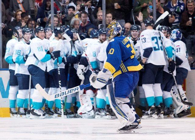 Hokejisti Tímu Európy sa tešia po výhre 3:2 po predĺžení nad Švédskom v semifinále Svetového pohára v Toronte