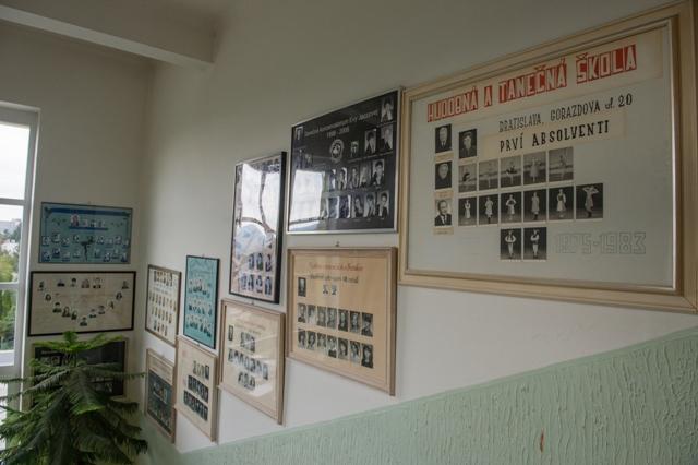 Na snímke nástenka v priestoroch Tanečného konzervatória Evy Jaczovej v Bratislave