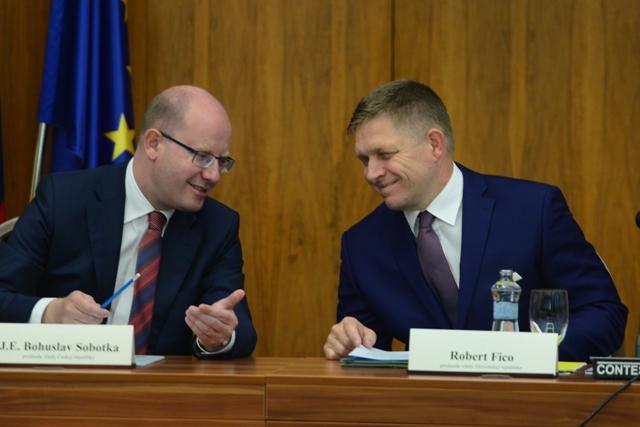 Na snímke vpravo predseda vlády SR Robert Fico a vľavo predseda vlády Českej republiky Bohuslav Sobotka