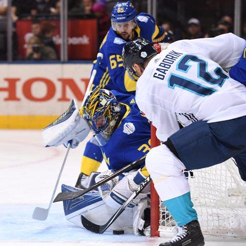 Na snímke brankár Švédska Henrik Lundqvist  a hráč Tímu Európy Slovák Marián Gáborík v semifinále Svetového pohára v Toronte