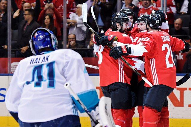 Na snímke vľavo slovenský brankár Jaroslav Halák (Tím Európa), vpravo oslavujú gól kanadskí hráči  Drew Doughty (s číslom 8), Ryan Getzlaf and John Tavares (20) v prvom zápase finále Svetového pohára v hokeji Kanada - Tím Európa