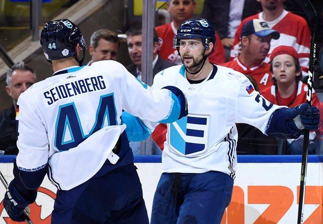 Na snímke vpravo slovenský útočník Tomáš Tatar (Tím Európa) oslavuje svoj gól, vľavo jeho spoluhráč Dennis Seidenberg v prvom zápase finále Svetového pohára v hokeji Kanada - Tím Európa