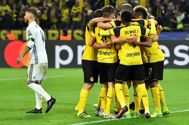 Na snímke hráči Borussie oslavujú gól Pierra-Emericka Aubameyanga v zápase F-skupiny futbalovej Ligy majstrov Borussia Dortmund - Real Madrid