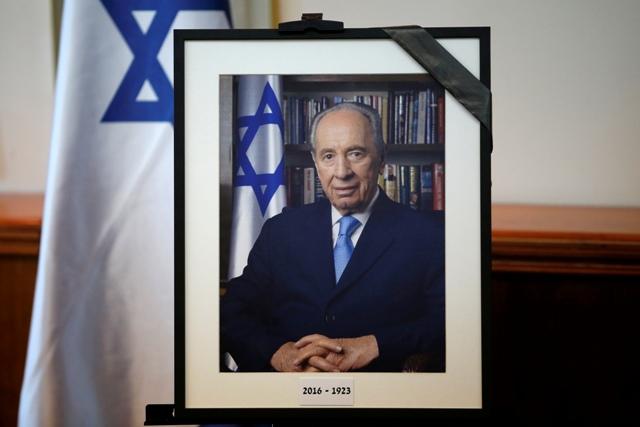 Bývalý izraelský prezident a premiér Šimon Peres, ktorého životný príbeh odzrkadľoval dejiny židovského štátu, zomrel dnes po ťažkej chorobe vo veku 93 rokov