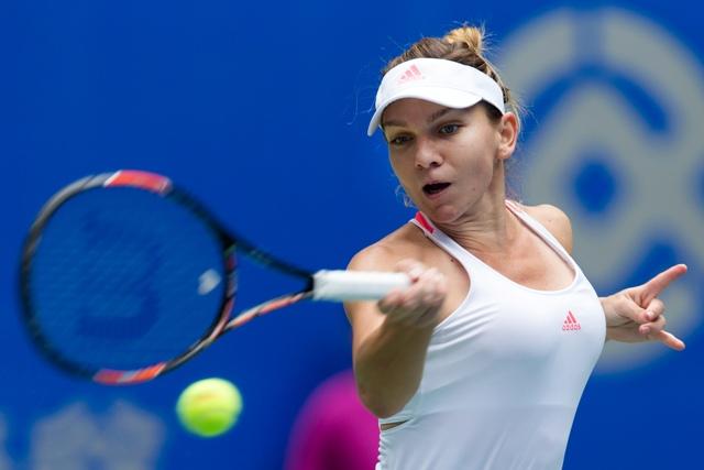 Rumunská tenistka Simona Halepová v zápase proti Kazaške Jaroslave Švedovovej v osemfinále turnaja WTA v čínskom Wu-Chane