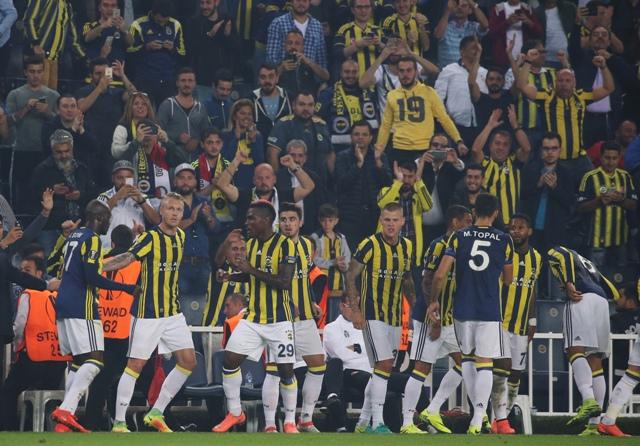 Hráč Fenerbahce Istanbulu  Emmanuel Emenike (v strede č.29) oslavuje so spoluhráčmi gól do bránky Feyenoordu vo futbalovom zápase A-skupiny Fenerbahce Istanbul - Feyenoord 2. kola skupinovej fázy Európskej ligy