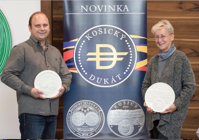 Na snímke autori košického strieborného 50-dukátu Branislav Rónai (averz) a Mária Poldaufová (reverz)
