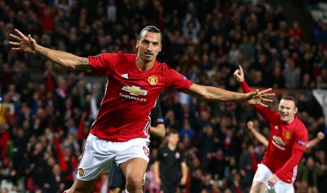 Hráč Manchesteru United Zlatan Ibrahimovič sa raduje po góle vo futbalovom zápase A-skupiny Manchester United - Zorja Luhaňsk 2. kola skupinovej fázy Európskej ligy