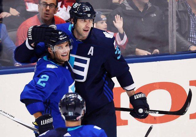 Na snímke vpravo slovenský hokejista Zdeno Chára (Tím Európa) sa teší so spoluhráčmi po strelení úvodného gólu v druhom zápase finále Kanada - Tím Európa