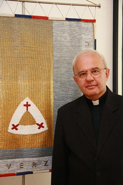 rektor KatolŪckej univerzity KU v Ruěomberku profesor Tadeusz ZasÍpa portrťt