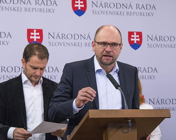 Na snímke predseda strany Sloboda a Solidarita (SaS) Richard Sulík (vpravo)