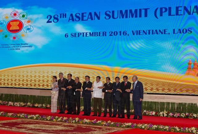 Lídri Združenia krajín juhovýchodnej Ázie (ASEAN) pózujú počas spoločného fotenia v rámci summitu ASEAN v laoskom meste Vientiane