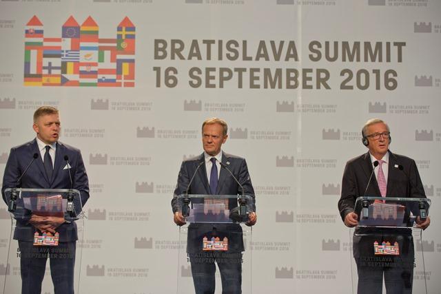 Na snímke sprava predseda Európskej komisie Jean-Claude Juncker, predseda Európskej rady Donald Tusk  a predseda vlády SR Robert Fico