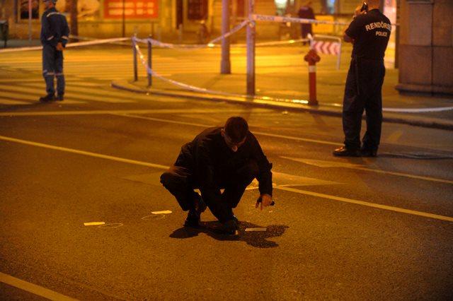 Policajt prehľadáva okolie po výbuchu