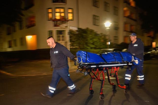 Na snímke záchranári  vynášajú mŕtvolu Clausa Brunnera