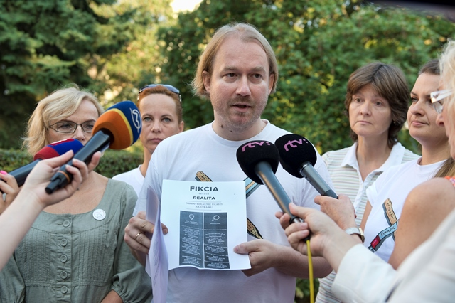 Na snímke uprostred Vladimír Crmoman z Iniciatívy slovenských učiteľov