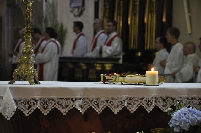 Na snímke arcibiskup Mons. Bernard Bober s kolegami a miništrantmi počas omše