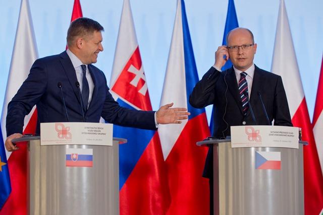 Na snímke vľavo slovenský premiér Robert Fico a český premiér Bohuslav Sobotka