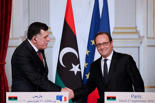 Na snímke vpravo francúzsky prezident Francois Hollande a vľavo šéf líbyjskej vlády Fájiz Sarrádž