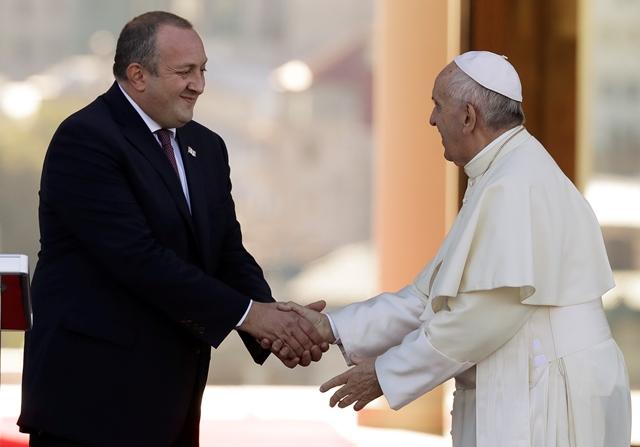 Na snímke vpravo pápež František a vľavo gruzínsky prezident Giorgi Margvelašvili počas stretnutia v Tbilisi